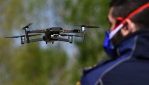 Municipal police pilot a drone equipped with a thermal sensor to check people's temperature near Lombardy, Italy, during the country's lockdown. © Miguel Medina / AFP