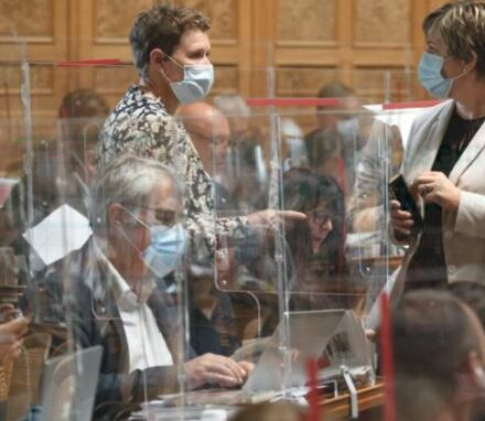 The Swiss Parliament adapted to the pandemic by introducing partitions between seats and obligatory facemasks ©FabriceCOFFRINI/AFP